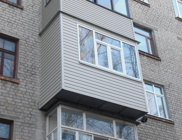 Хочу обшить балкон, да вот думаю, что лучше пластик или дере.
